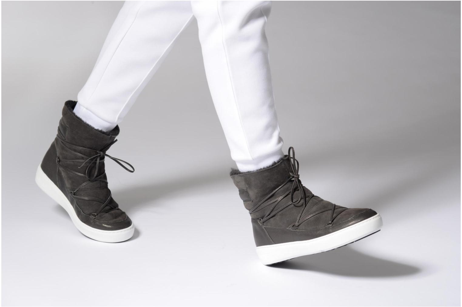 Sport shoes Moon Boot Pulse low shearling Grey view from underneath / model view