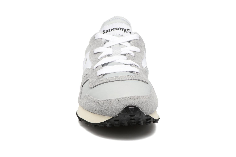 Baskets Saucony Dxn trainer Vintage Gris vue portées chaussures