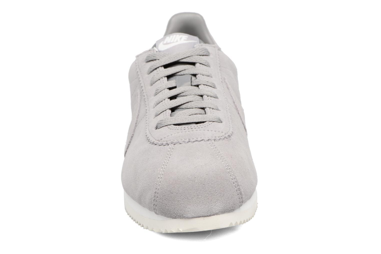 Baskets Nike Classic Cortez Se Gris vue portées chaussures