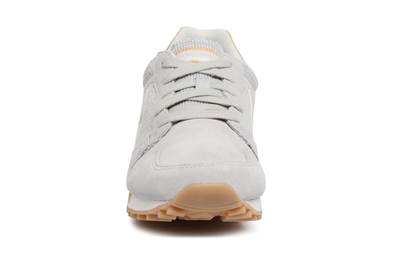 Baskets Le Coq Sportif Omega Premium Gris vue portées chaussures