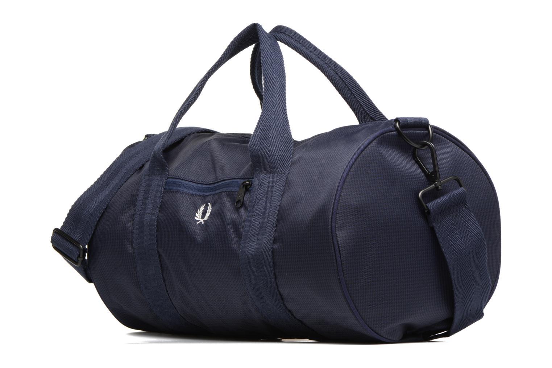 Sporttaschen Fred Perry Checked Twill Barrel bag blau schuhe getragen