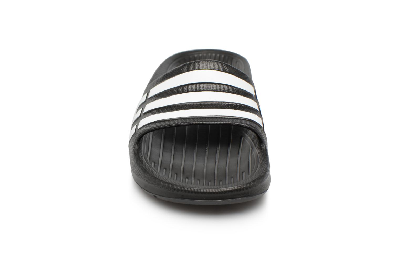 Sandali e scarpe aperte Adidas Performance Duramo Slide K Nero modello indossato