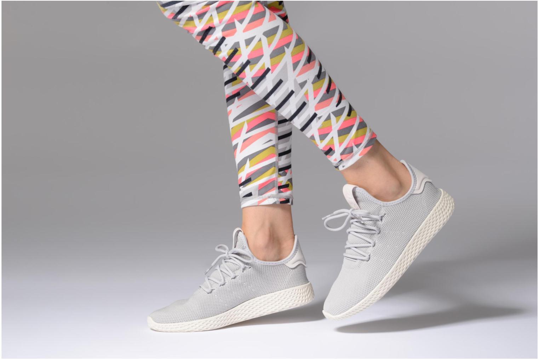 Sneaker Adidas Originals Pharrel Williams Tennis Hu W grau ansicht von unten / tasche getragen