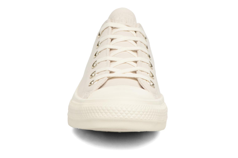 Baskets Converse Chuck Taylor All Star Blocked Nubuck Ox Blanc vue portées chaussures