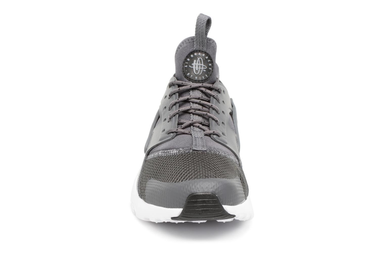 Baskets Nike Air Huarache Run Ultra (GS) Gris vue portées chaussures