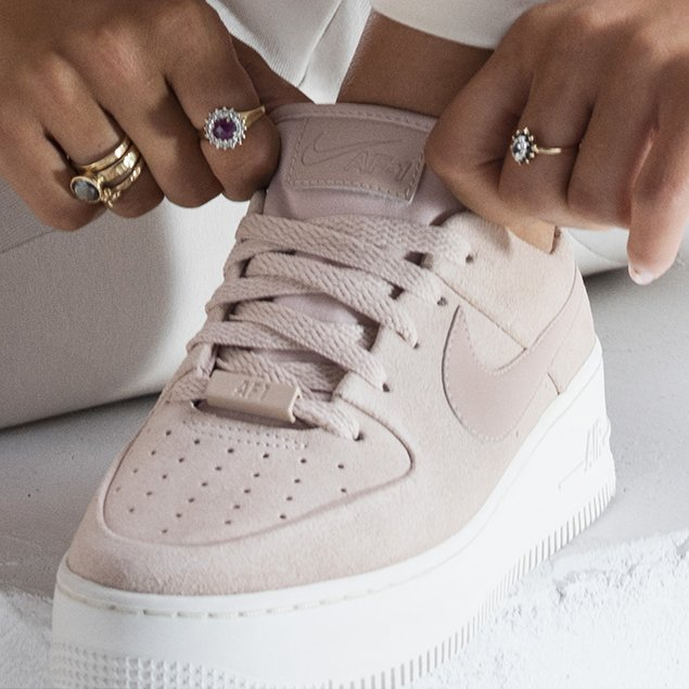 basket nike air force one femme rose