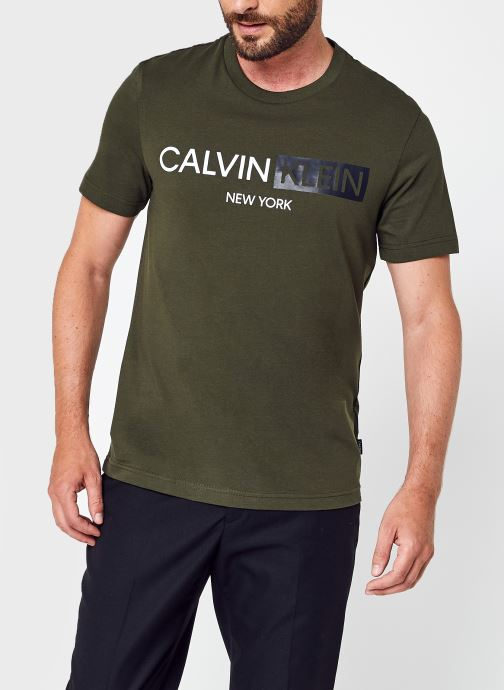 Contrast Graphic Logo T-Shirt par - Calvin Klein - Modalova