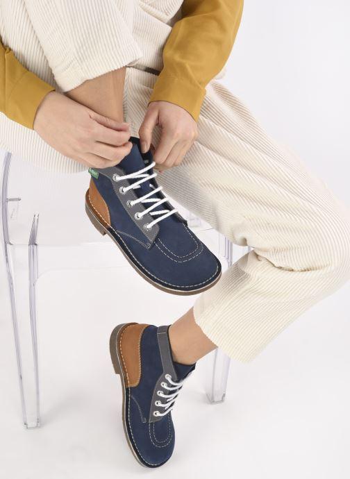 Schnürschuhe Kickers Kick col blau ansicht von unten / tasche getragen