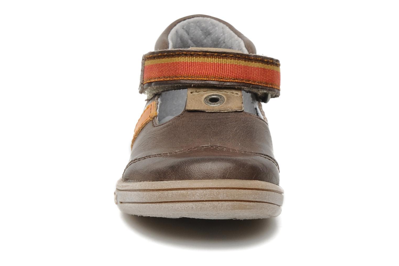 Skor med kardborrband Kickers Teo Brun bild av skorna på