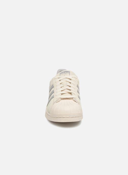 Sneakers Adidas Originals Superstar Grigio modello indossato