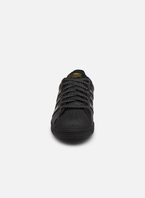 Sneakers adidas originals Superstar Nero modello indossato