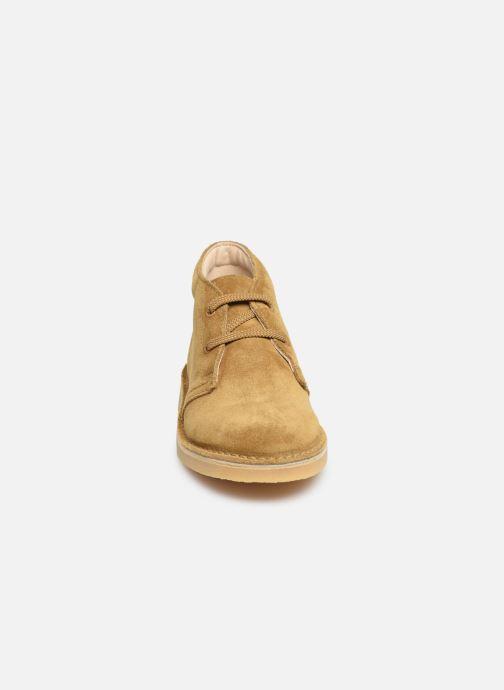 Stivaletti e tronchetti Clarks Desert Boot Marrone modello indossato