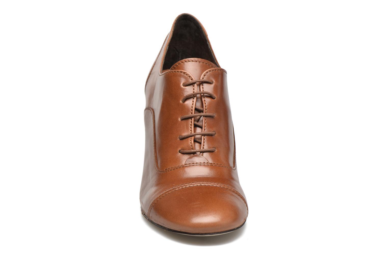 Snörade skor Jonak Anna Brun bild av skorna på