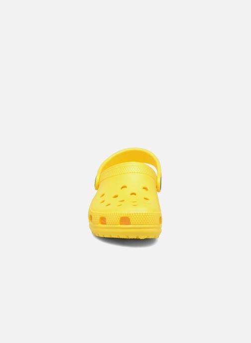 Sandali e scarpe aperte Crocs Kids Cayman Giallo modello indossato