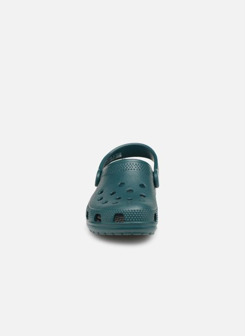 Sandali e scarpe aperte Crocs Kids Cayman Verde modello indossato