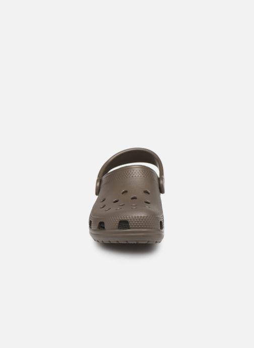 Sandali e scarpe aperte Crocs Kids Cayman Marrone modello indossato