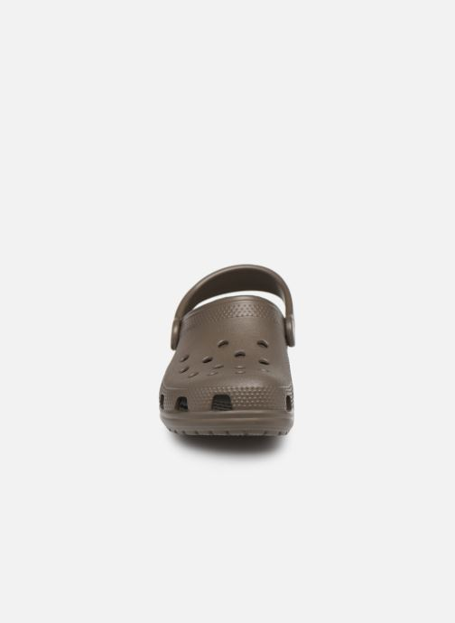Sandalias Crocs Kids Cayman Marrón vista del modelo