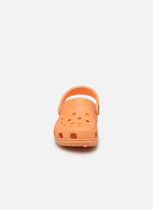 Sandalias Crocs Kids Cayman Naranja vista del modelo