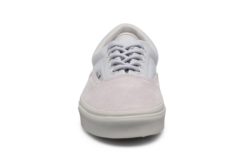 Baskets Vans Era M Gris vue portées chaussures