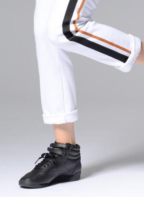 Sneaker Reebok Freestyle Hi schwarz ansicht von unten / tasche getragen