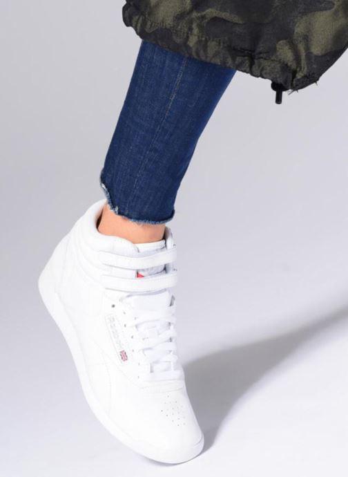 Sneaker Reebok Freestyle Hi rosa ansicht von unten / tasche getragen