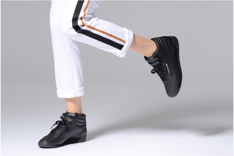 Baskets Reebok Freestyle Hi Noir vue bas / vue portée sac