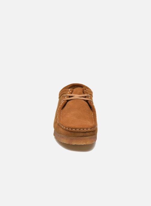 Scarpe con lacci Clarks Originals Wallabee Marrone modello indossato