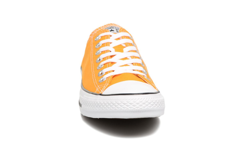 Baskets Converse Chuck Taylor All Star Ox M Jaune vue portées chaussures