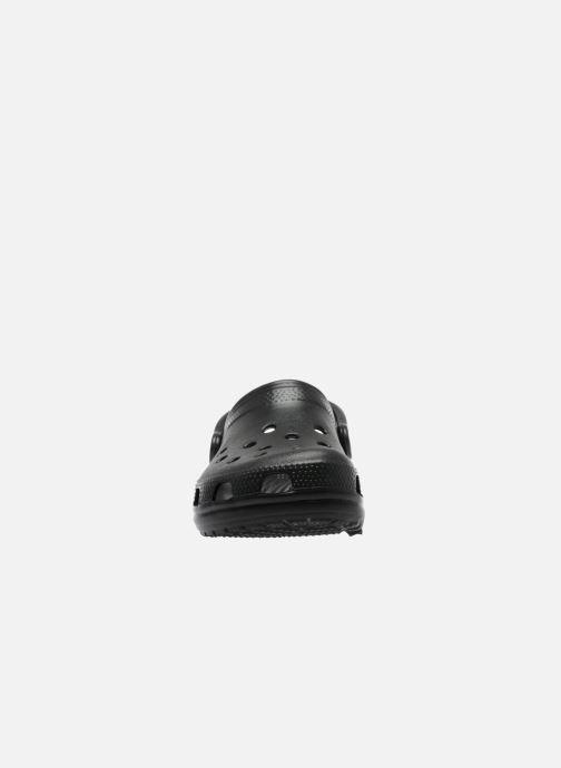 Zuecos Crocs Cayman F Negro vista del modelo