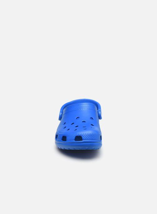 Zuecos Crocs Cayman F Azul vista del modelo