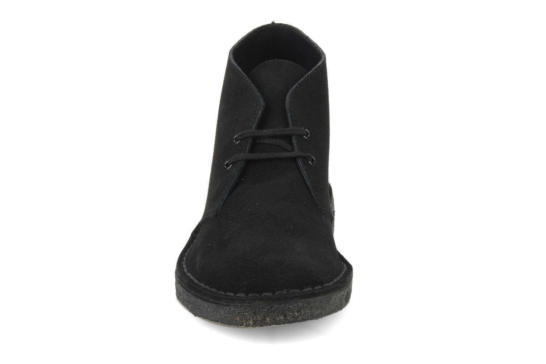Scarpe con lacci Clarks Desert Boot M Nero modello indossato