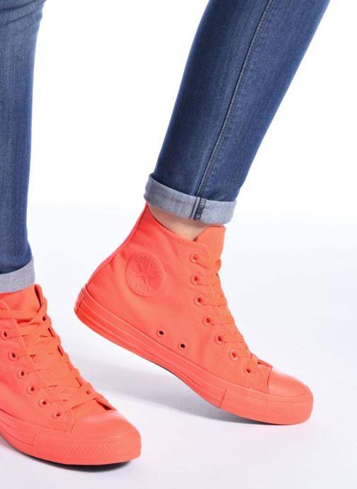 Sneaker Converse Chuck Taylor All Star Monochrome Canvas Hi W rot ansicht von unten / tasche getragen