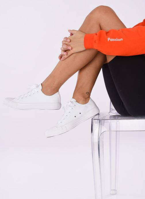 Sneaker Converse Chuck Taylor All Star Monochrome Canvas Ox W weiß ansicht von unten / tasche getragen