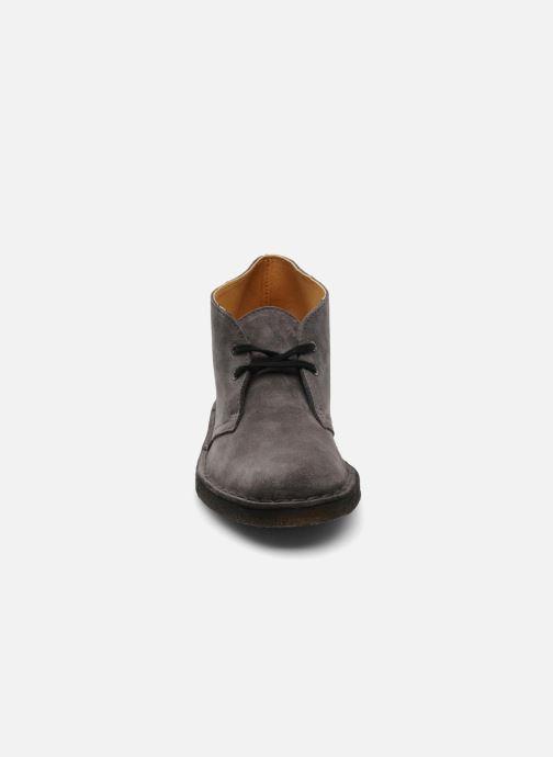 Schnürschuhe Clarks Desert Boot W grau schuhe getragen