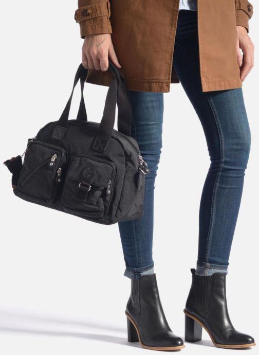 Handtaschen Kipling Defea schwarz ansicht von unten / tasche getragen
