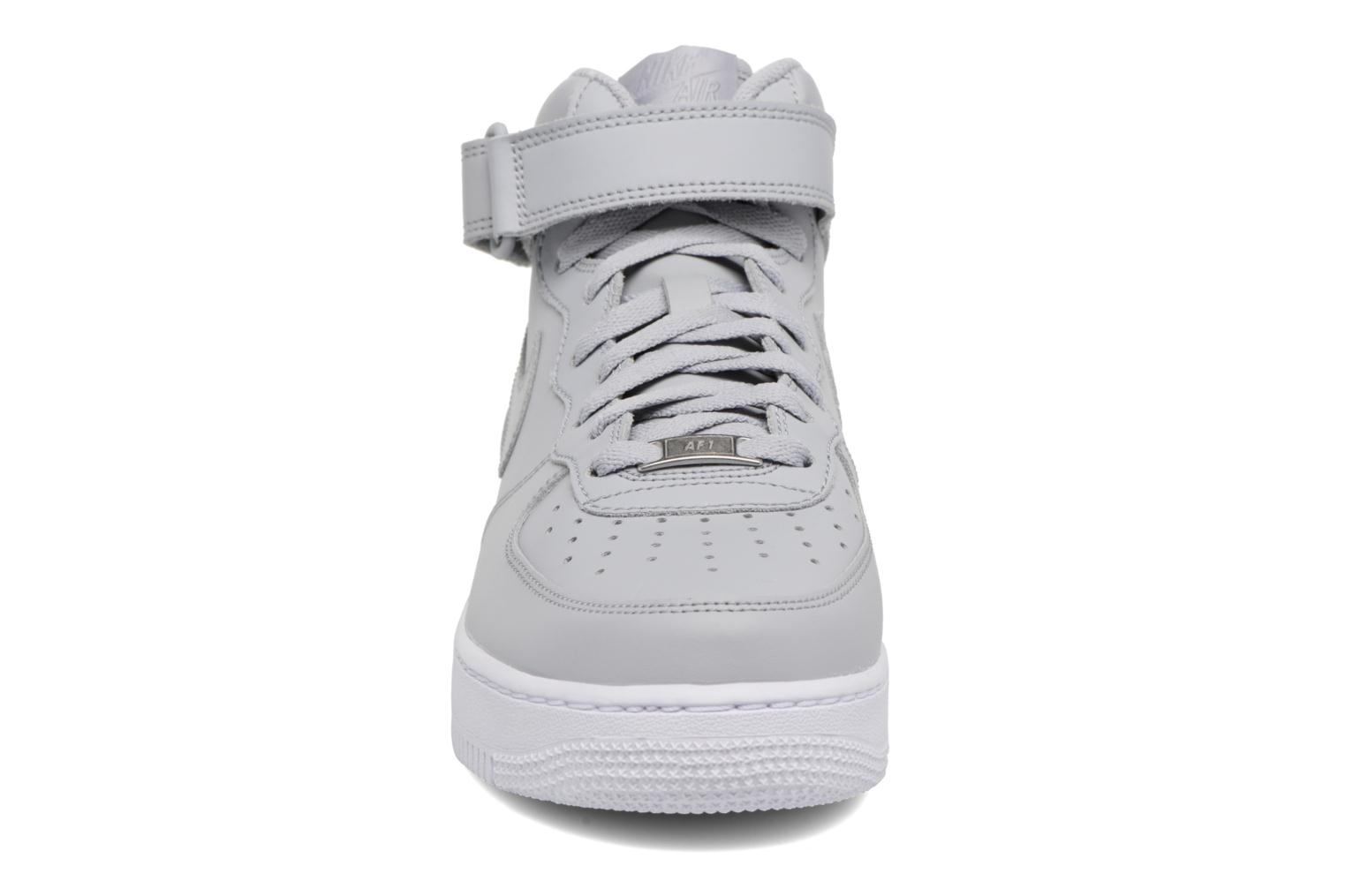 Deportivas Nike Air Force 1 Mid Gris vista del modelo