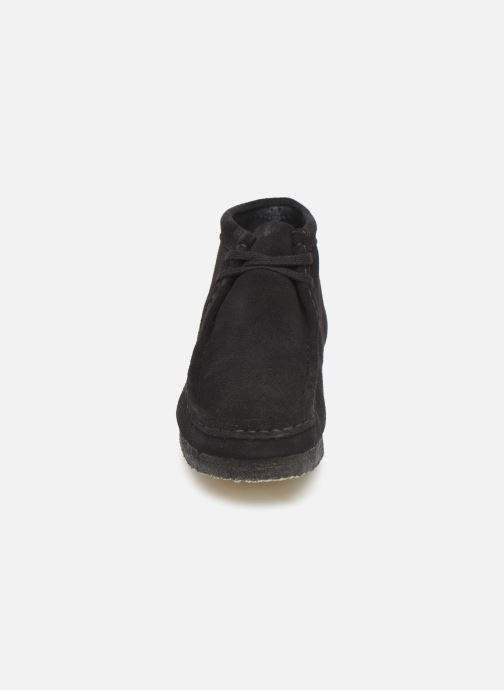Scarpe con lacci Clarks Originals Wallabee boot Nero modello indossato