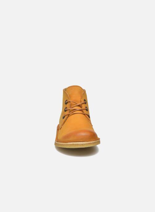 Scarpe con lacci Kickers Realkiz Marrone modello indossato