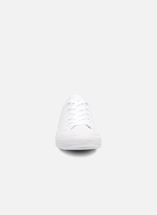 Baskets Converse Chuck Taylor All Star Monochrome Leather Ox W Blanc vue portées chaussures