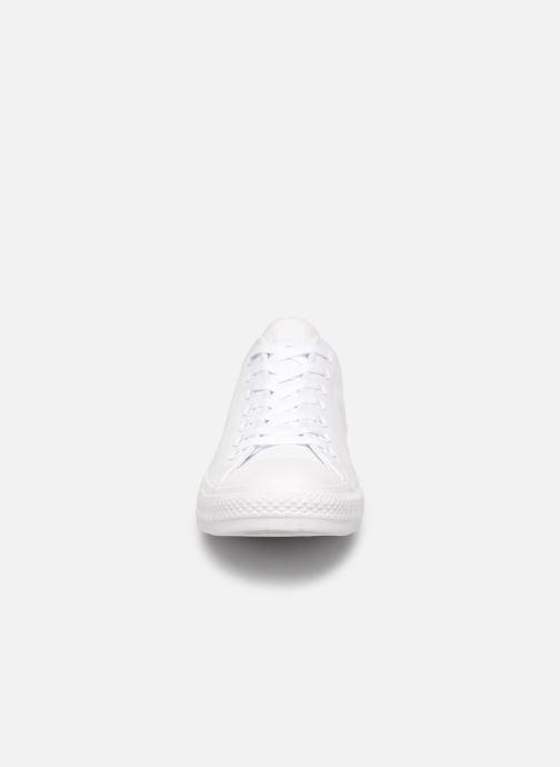 Sneakers Converse Chuck Taylor All Star Monochrome Leather Ox M Bianco modello indossato