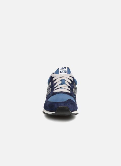 Sneakers New Balance U420 Azzurro modello indossato