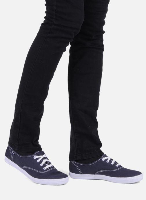 Sneaker Keds Champion Canvas blau ansicht von unten / tasche getragen