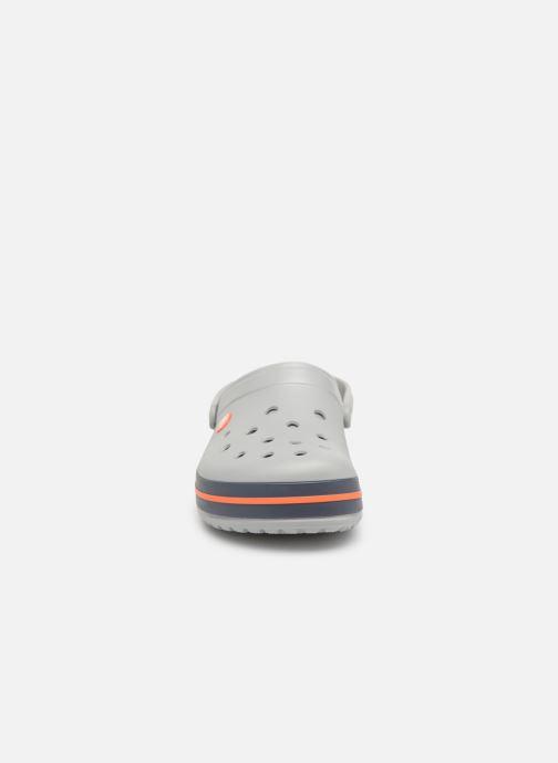 Sandalias Crocs Crocband M Gris vista del modelo