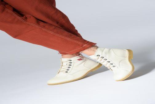Schnürschuhe Kickers Kick Legend gelb ansicht von unten / tasche getragen