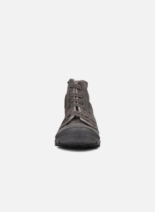 Sneakers Palladium Pallabrousse h Grigio modello indossato