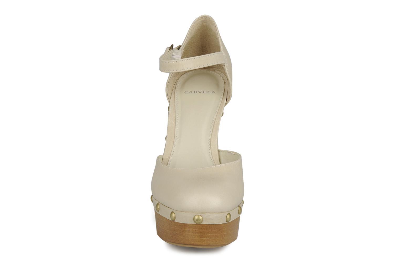 Zapatos de tacón Carvela Acorn Beige vista del modelo
