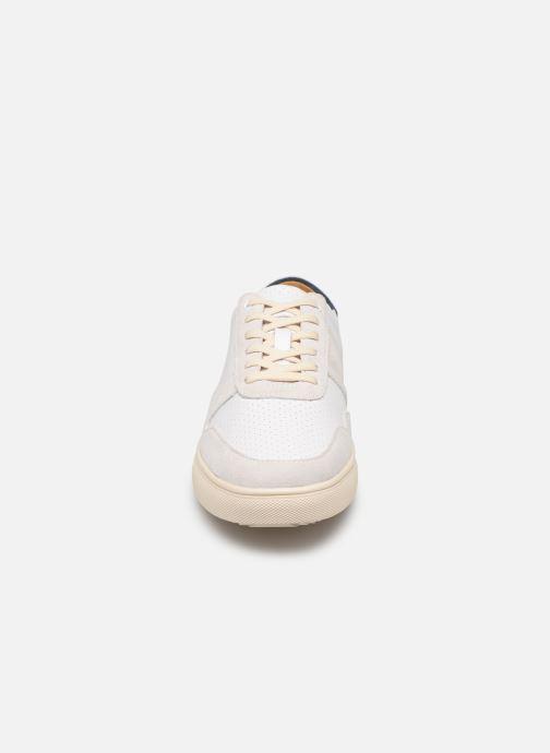 Sneakers Clae Gregory Beige modello indossato