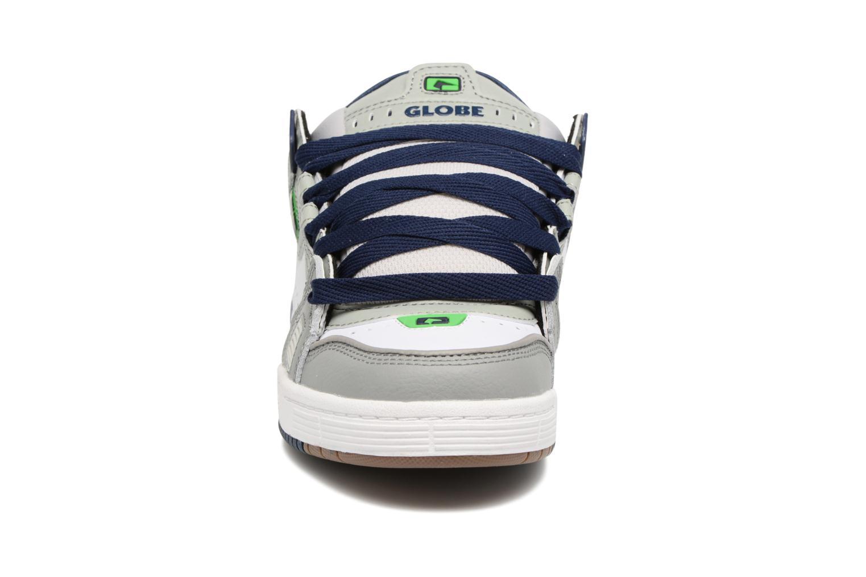 Chaussures de sport Globe Sabre Gris vue portées chaussures