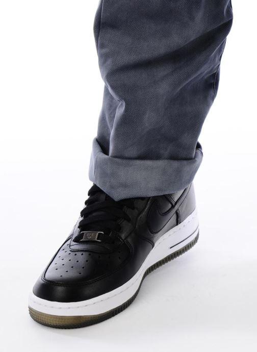 Sneaker Nike Air force 1 '07 le schwarz ansicht von unten / tasche getragen