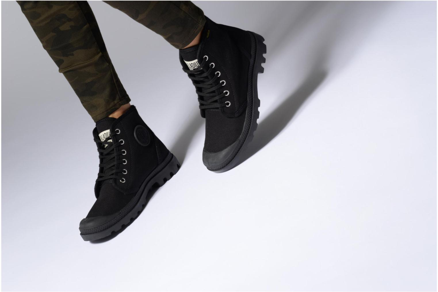 Trainers Palladium Pampa hi w Black view from underneath / model view